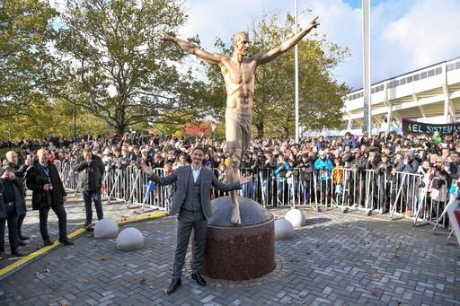 イブラヒモビッチの銅像が故郷でお目見え、本人より大きい2.7m