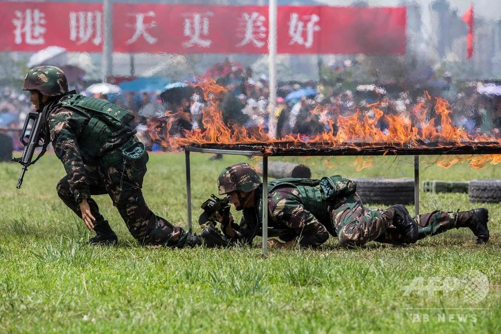 中国軍機関紙、香港での軍事演習写真を掲載 デモけん制が狙いか