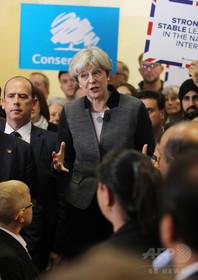 英世論調査、国民の半数がメイ首相の保守党を支持