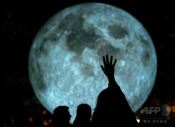 公園に月が落ちてきた? スロバキア首都に現代アート
