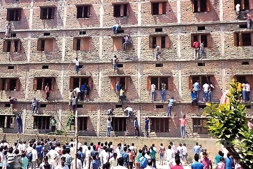 建物によじ登ってカンニング手助け、インド