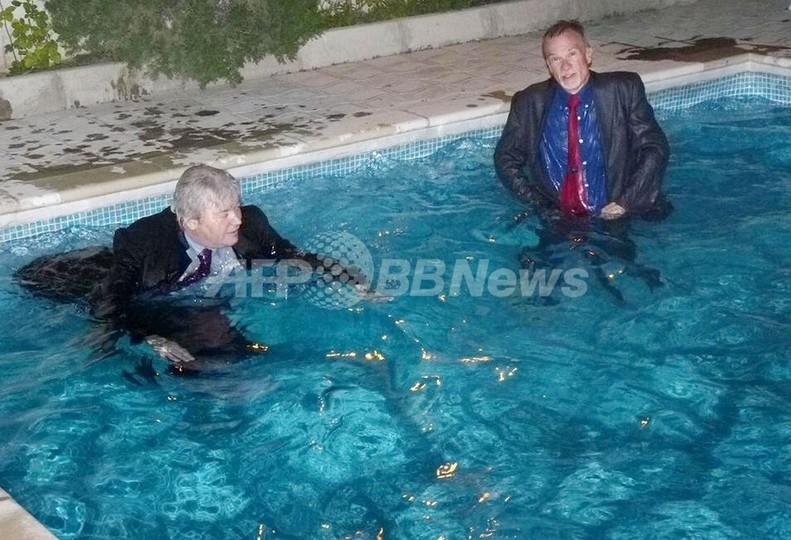 米英大使、着衣でプールに飛び込む W杯の賭けで