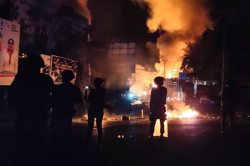 インドネシア・パプア州、抗議デモが暴動化 議会に放火も