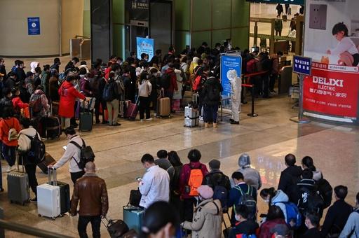 中国・武漢の封鎖一部解除、駅は帰還した乗客で混雑 出境は禁止続く