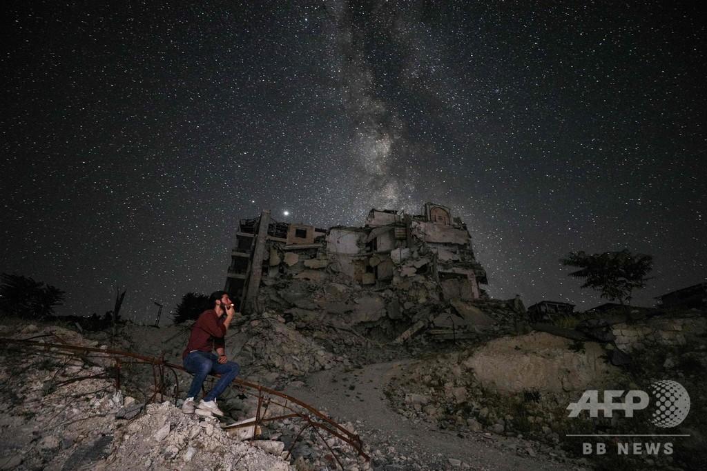 天の川、廃虚照らす シリア