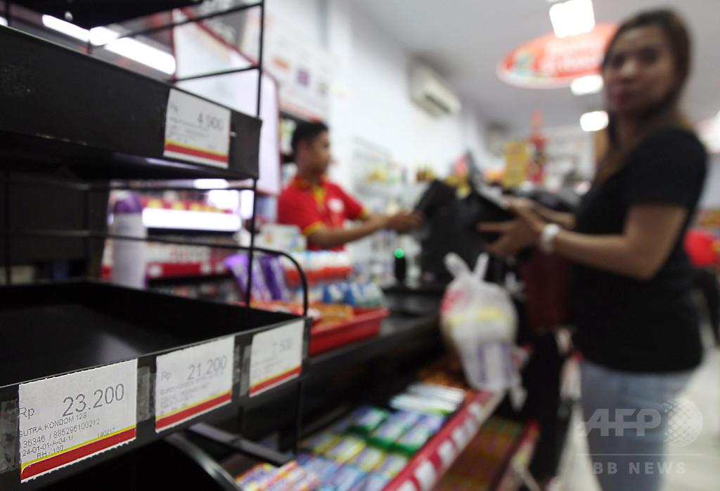 「乱交」防止のため販売店からコンドーム押収、インドネシア当局