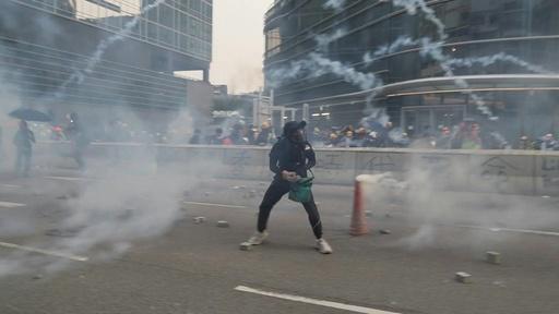 動画:香港、デモ隊と警察が再び衝突 警官隊が催涙ガス使用
