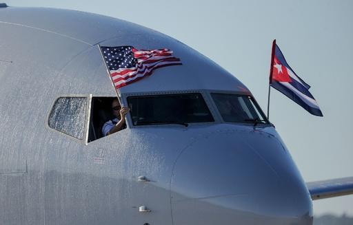 キューバ・ハバナに米国からの定期直行便が到着、歓迎の放水