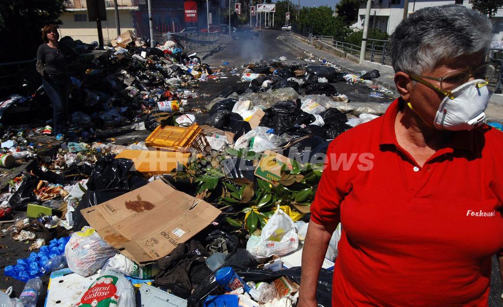 初夏で激しい異臭を放ち始めた未回収ごみ、ナポリの住民が火をつける