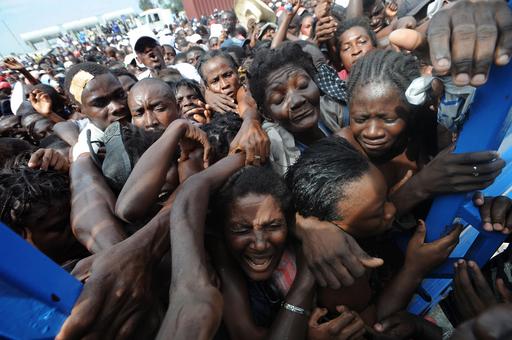 ハイチのスラム、支援物資の配布に住民が殺到