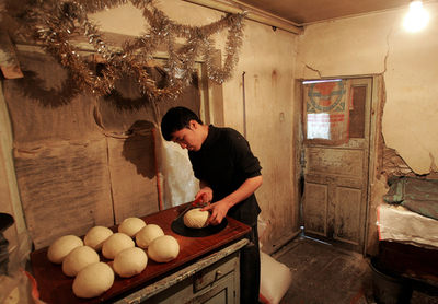 ウズベキスタン 大統領選前日のパン屋の風景
