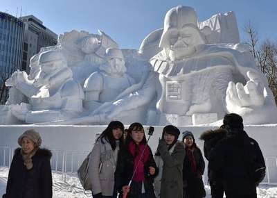 さっぽろ雪まつり開幕、「スター・ウォーズ」の大雪像も