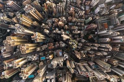 多様な表情を見せるコンクリートジャングル、空から見た香港