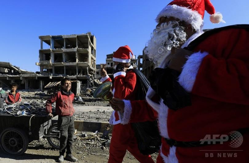 荒廃したラッカ市内にサンタクロース登場 子どもの笑顔を誘う