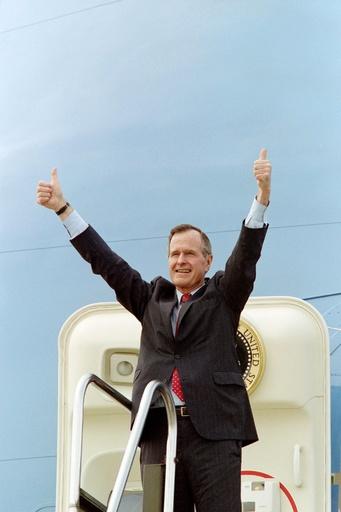 トランプ大統領、故ブッシュ元大統領の「冷静な指導力」を称賛