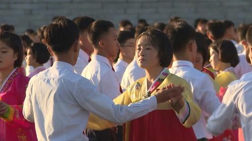 動画:北朝鮮で集団ダンス、故金正日氏の総書記就任22周年祝う