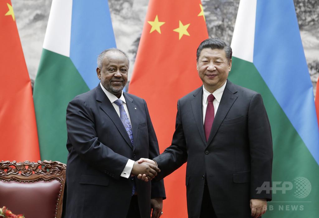 中国主席、ジブチ大統領と会談 中国軍初の海外基地開設国