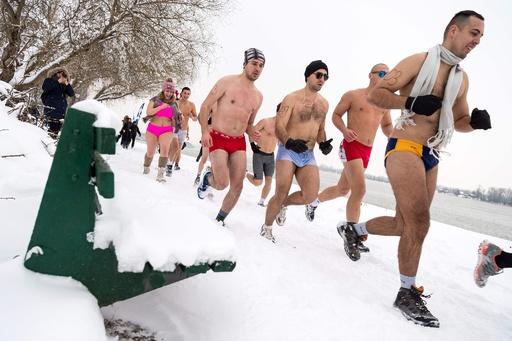 セルビア首都で寒中「下着ラン」、雪景色のドナウ川沿いを走る