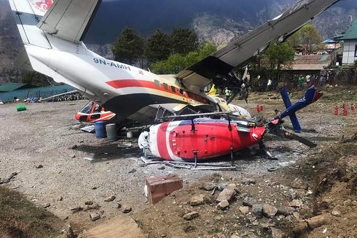 ネパールの小型機がヘリ2機に衝突、3人死亡 エベレスト玄関口の空港で