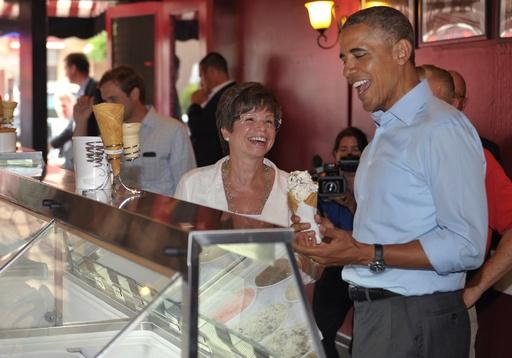 オバマ米大統領、吟味してアイスクリーム購入
