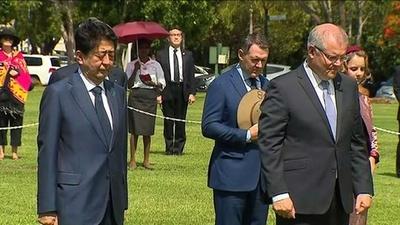 動画:安倍首相、旧日本軍空襲の豪ダーウィン訪問 慰霊碑に献花