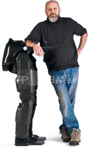 下半身不随の人の歩行支援する「ロボット脚」、世界で初開発