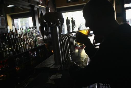 毎日2杯以上の飲酒で老後の物忘れ早まる、研究