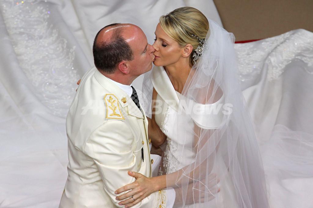 モナコ公が宗教婚式、公妃の瞳には涙