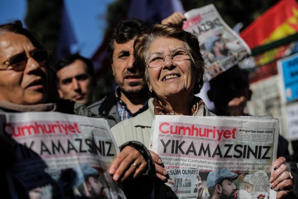 「大統領にお茶出さない」発言で反政府系紙社員を逮捕、トルコ