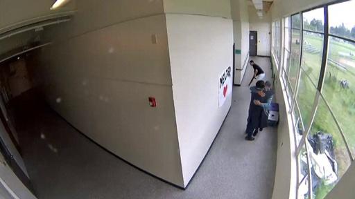 動画:自殺願望の生徒、職員が校内で銃取り上げ抱き寄せる 米オレゴン州