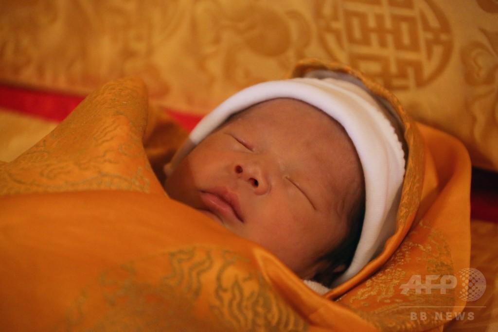 ブータンのワンチュク国王、王子の顔写真を公開