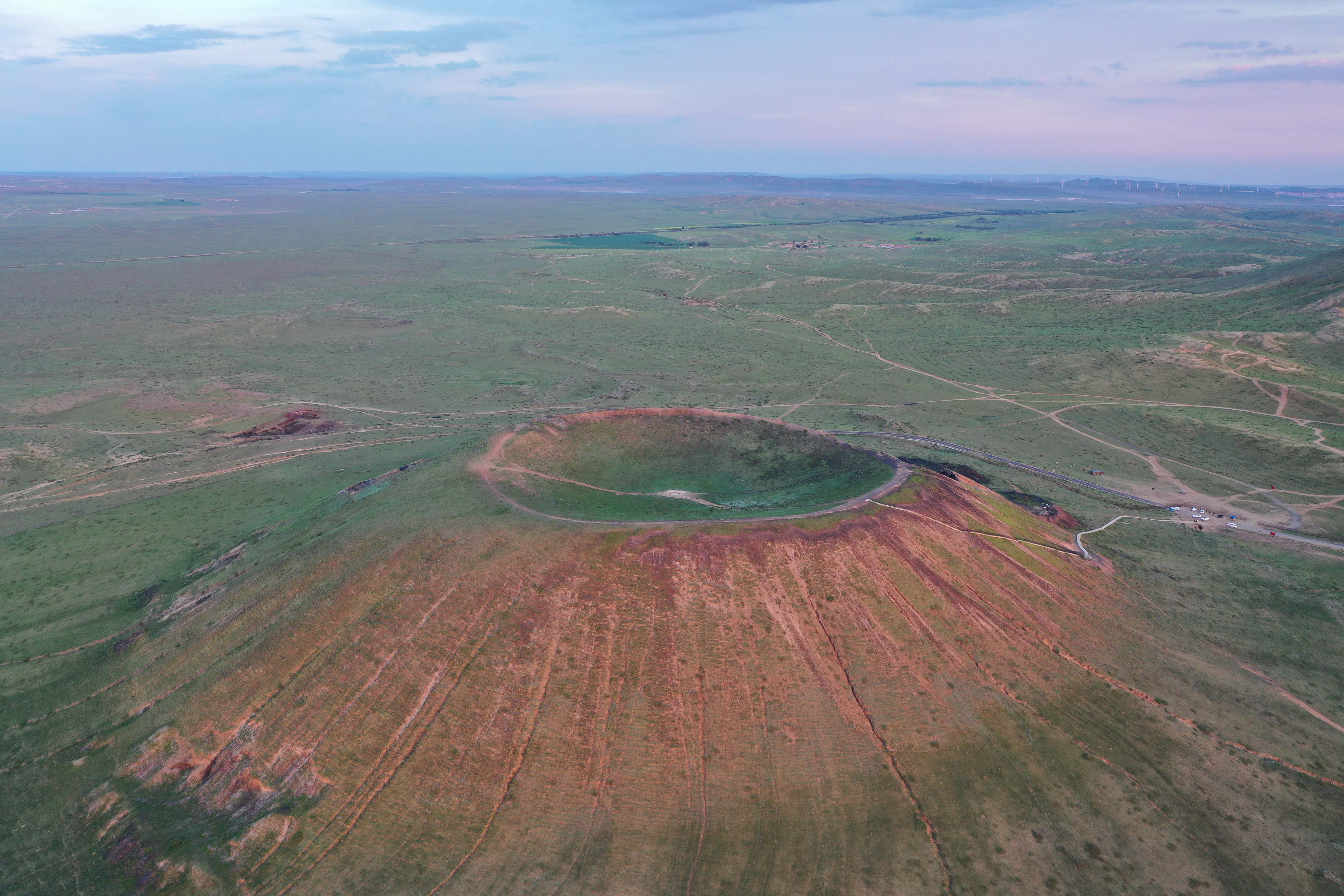 緑の草原に広がる火山群 内モンゴル自治区