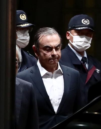 ゴーン被告、再保釈 東京拘置所を後に