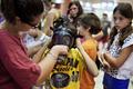 ガスマスクを受け取る子どもたち、イスラエル
