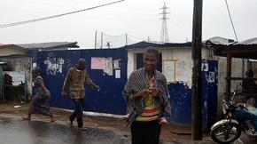 隔離施設を武装集団が襲撃、エボラ患者17人逃亡 リベリア
