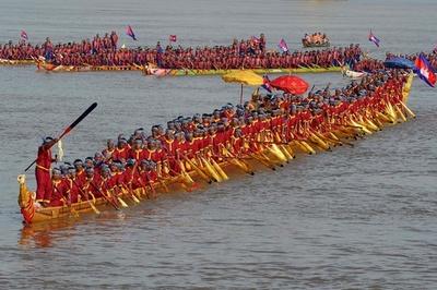 世界最長87.3メートルのドラゴンボートでギネス認定、カンボジア