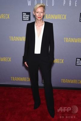 ティルダ・スウィントン、お気に入りブランド着用で「トレインレック」プレミアへ