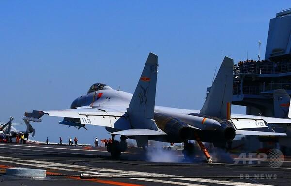 中国、海上演習で空母「遼寧」に戦闘機着艦