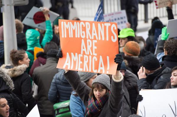「入国規制は違憲」 全米15州と首都の司法長官が非難声明