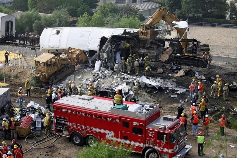 米ロス郊外列車衝突、事故直前に運転士がメール送信