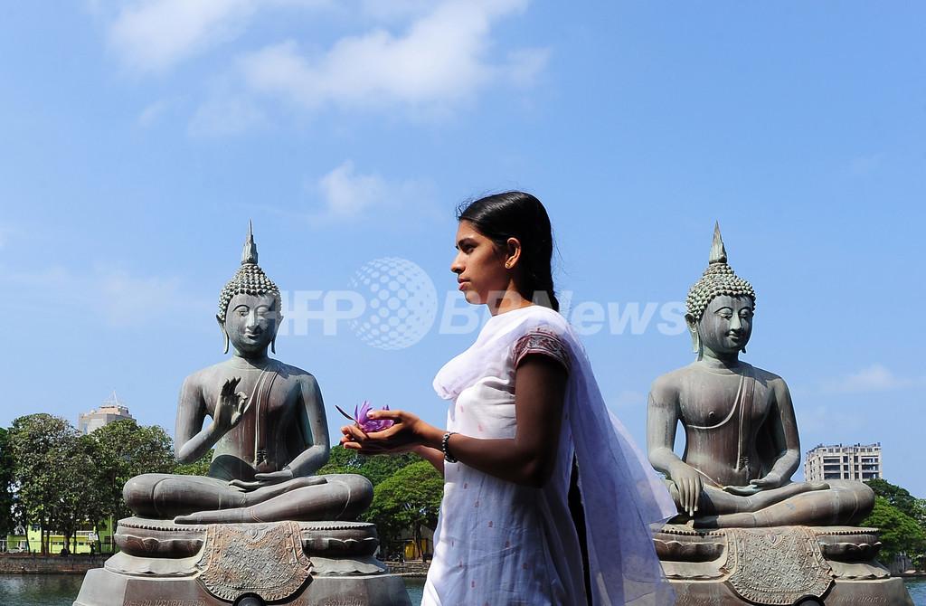 仏像にキスして記念撮影、フランス人観光客3人に有罪判決 スリランカ