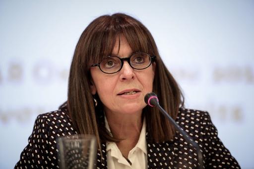 ギリシャ、初の女性大統領を選出 判事のサケラロプル氏