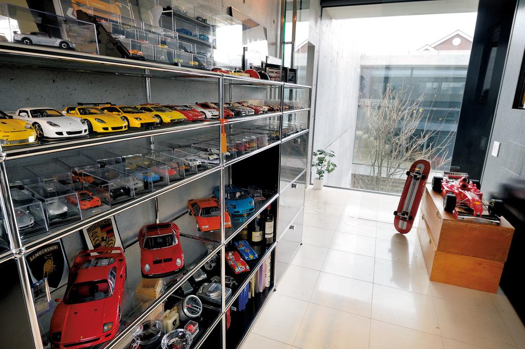 世界限定50台ジャガーXJ R-15からランボルギーニ・アヴェンタドールSVまで 6台のスーパーカーが並ぶ家