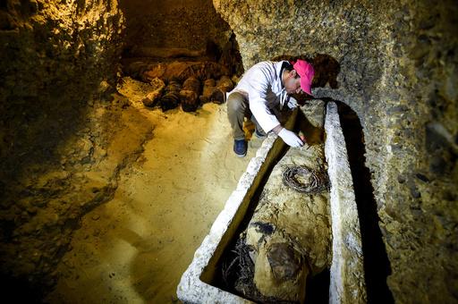 2500年前の古代エジプトの石棺、米テレビの生放送で開封