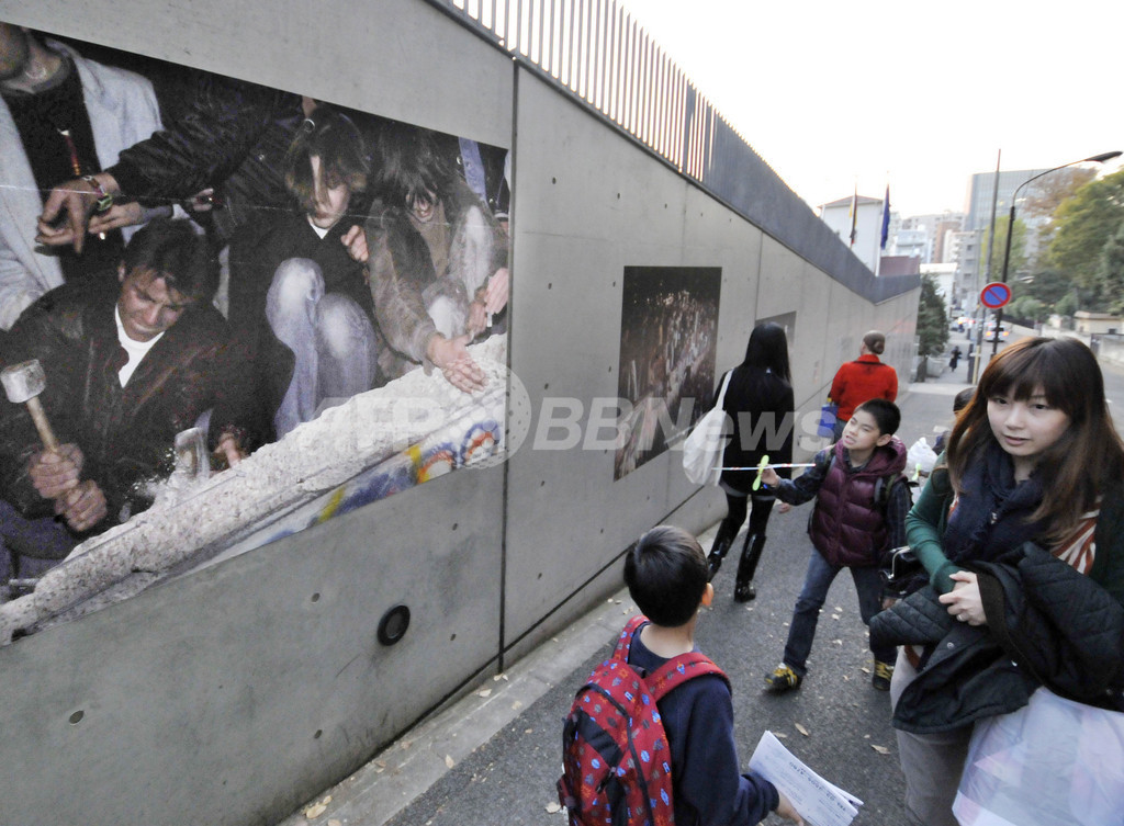 東京の独大使館外壁で「ベルリンの壁崩壊20年」写真展