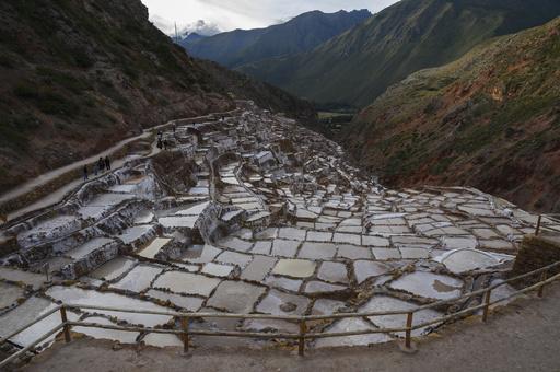 自然が織り成す白い絶景、ペルーの観光名所「マラスの塩田」