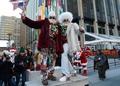 米各地で「サンタコン」、クリスマスツリー投げも