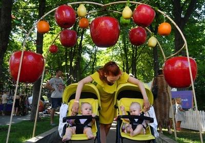 双子、三つ子が大集合 200組以上で記録樹立 ウクライナ
