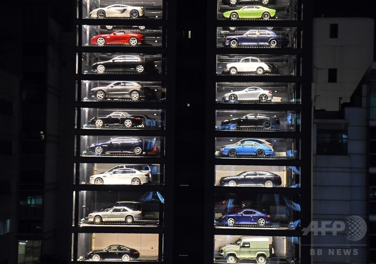 フェラーリやマセラティが買える「高級車の自販機」 シンガポール