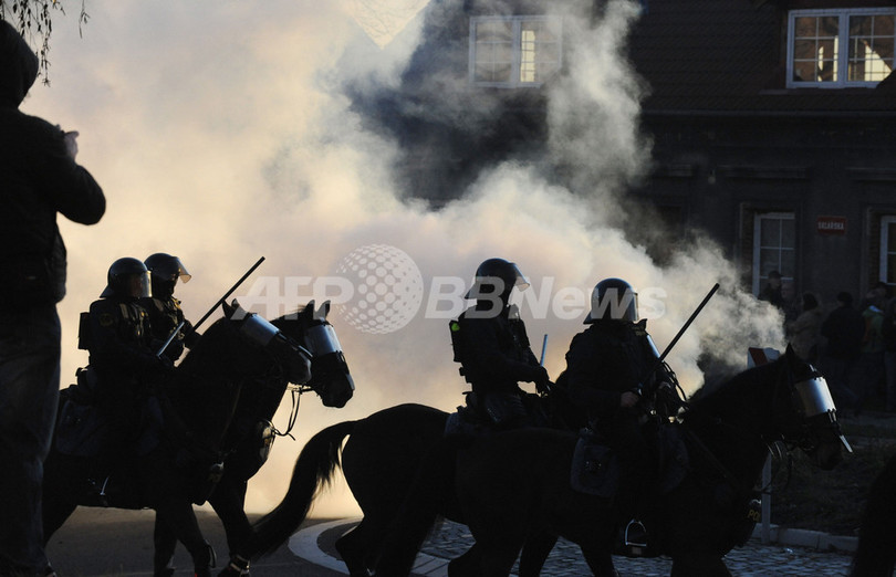 ロマ人居住区に反対する極右勢力と機動隊が衝突、 チェコ